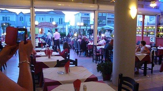 Parthenon Restaurant: Greek dancing at the Parthanon