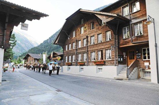 Hotel Bären Guttannen: Hotel Bären von der Grimselstrasse her