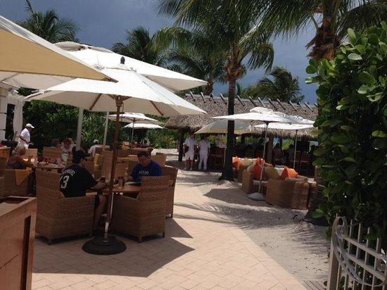 The Ritz-Carlton Key Biscayne, Miami: Dune Burger Bar Restaurant - Tiki bar is just beyond