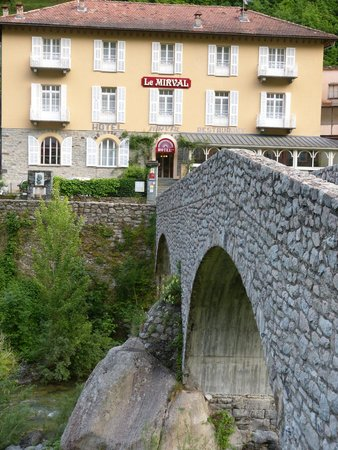 Hotel le Mirval : Hotel and the stone bridge approach