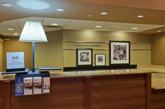 Hampton Inn & Suites Goodyear: Front Desk