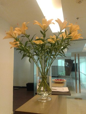 Jaipur Marriott Hotel: flowers which makes our day as beautiful as theirs... spa area