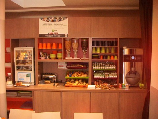 Ibis Styles Paris Cadet Lafayette: The breakfast bar!!