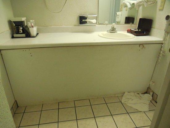 First Interstate Inn: Sink before bathroom