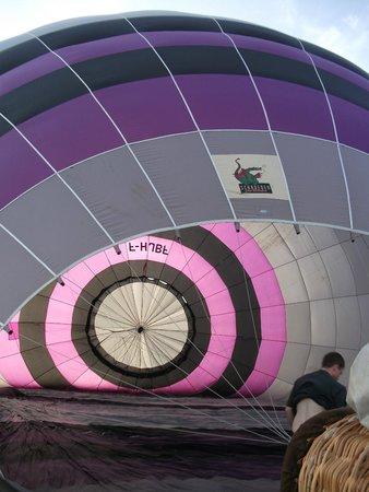 Hageville, France : Le gonflage du ballon