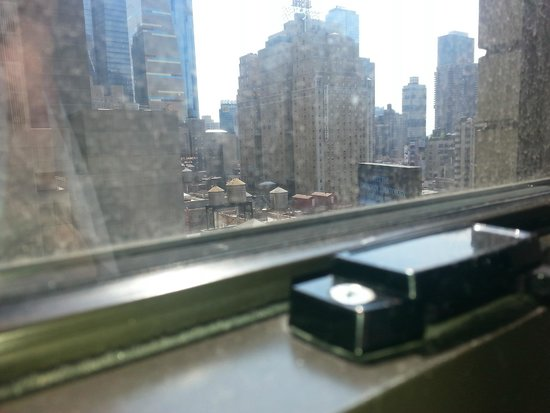 Hotel Edison Times Square : Dirty Window, Bright Scientology Sign, Beautiful Cityscape