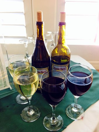 Apple Farm Inn: Apple Farms welcome glasses of wine at check in