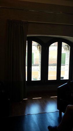 Dharma Hotel & Luxury Suites: Pretty windows in the Junior Suite Black
