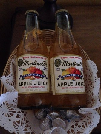 Apple Farm Inn: Apple juice and kisses waiting in the room