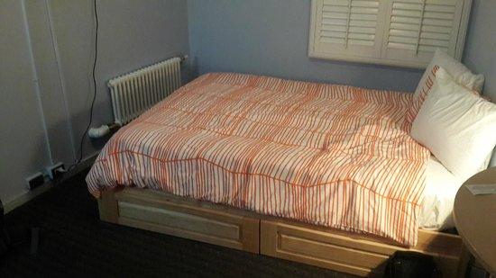 Stay on Main Hotel and Hostel: Кровать в номере