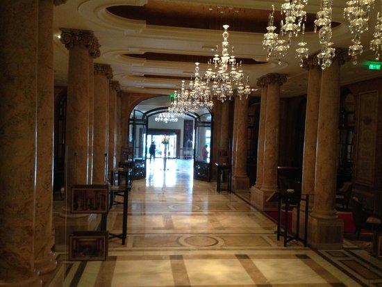 Athenee Palace Hilton Bucharest: Hallway off the lobby