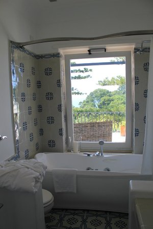 La Minerva : Jacuzzi tub with a view (Deluxe Room #41)