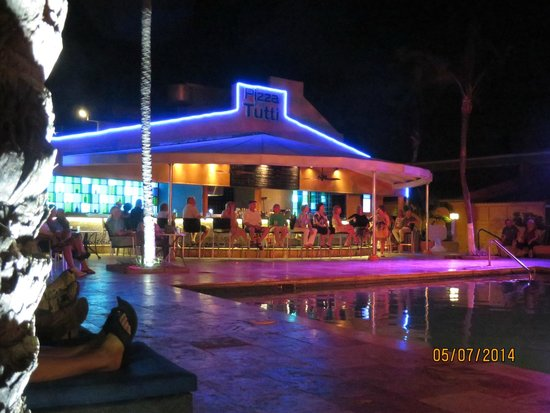 Tamarijn Aruba All Inclusive: One of the bars at the pool area at night