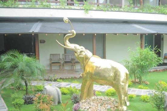 Earl's Regent Hotel : Golden Elephant