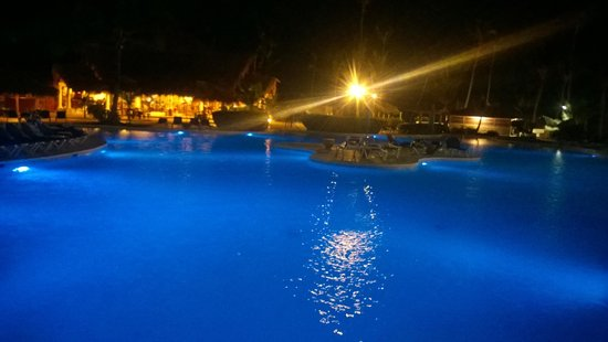 VIK Hotel Arena Blanca : Piscina à noite