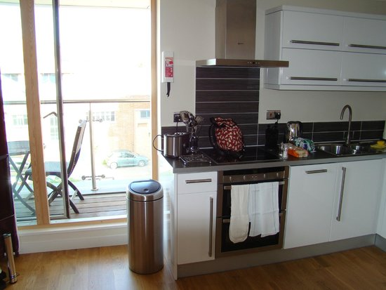 Your Space Cambridge Apartments Byron House: Kitchen (that's my bag on the hob-oops)