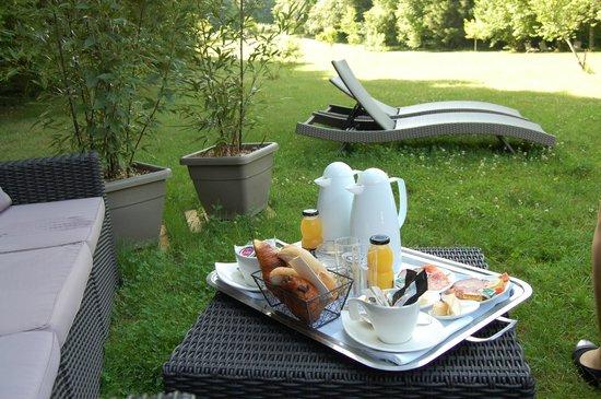 La Source Bleue: petit déjeuner dans le jardin devant la roulotte