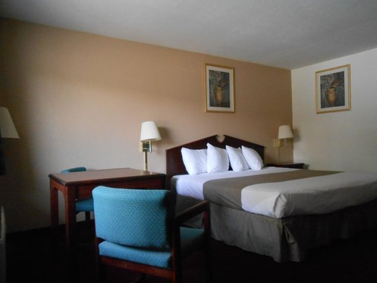 Econo Lodge Airport: King Room