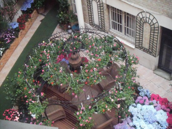 Hotel Nicolo: View of garden area from room