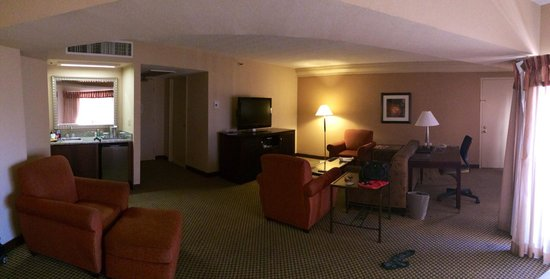 Hilton Phoenix/ Mesa: Jr Suite Living Area
