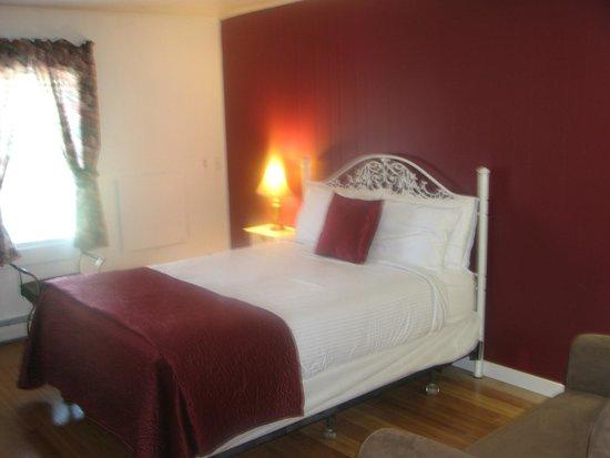 Bromley View Inn: Paqtchwoork Quilt Room #10