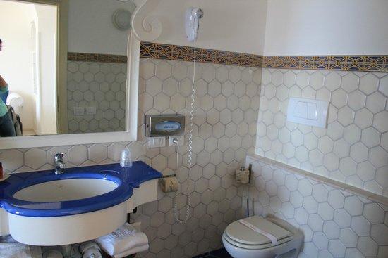 Hotel Marincanto: Bathroom in room 227 (Jr. Suite)