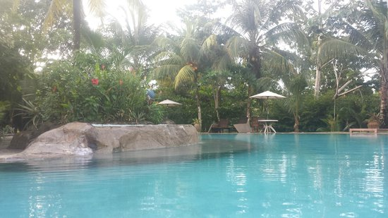 Popa Paradise Beach Resort: Pool as seen from the swim up bar