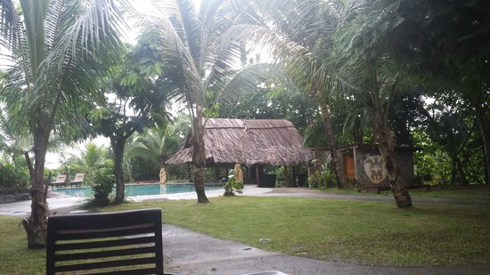 Popa Paradise Beach Resort: The bar by the pool