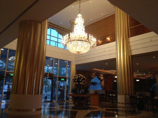 Corniche Hotel Abu Dhabi : the lobby