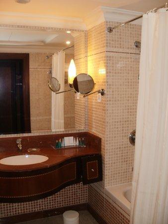 Corniche Hotel Abu Dhabi : my room