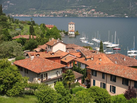 Hotel Belvedere Bellagio: Fishing village just below the hotel on the lake shore.