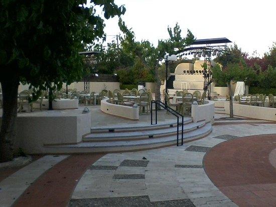 Grecotel Creta Palace Hotel : Grecotel Creta Palace Außenbereich für Abendunterhaltung