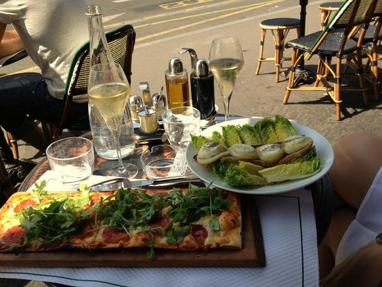 Le Paris London: Pizza and warm goat cheese salad