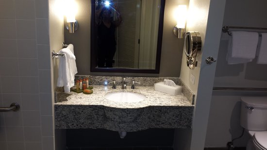 Isle of Capri Casino Hotel Lake Charles: Well Lit Vanity