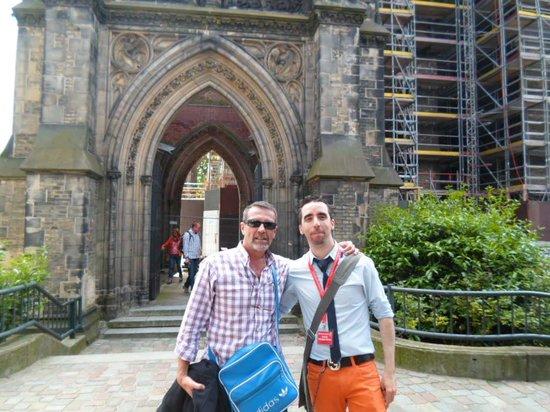 SANDEMANs NEW Hamburg Tours: con Antonio en la catedral destruida