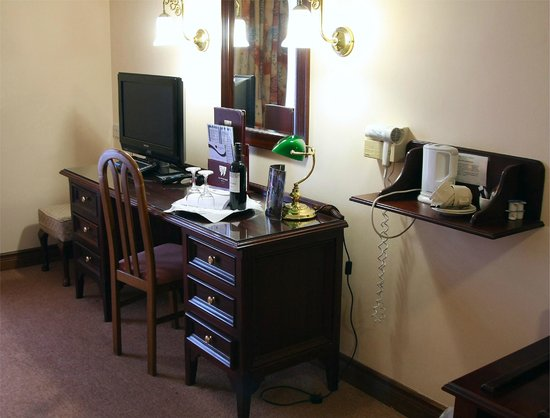 The Oakwood Hotel: Work area Twin Room