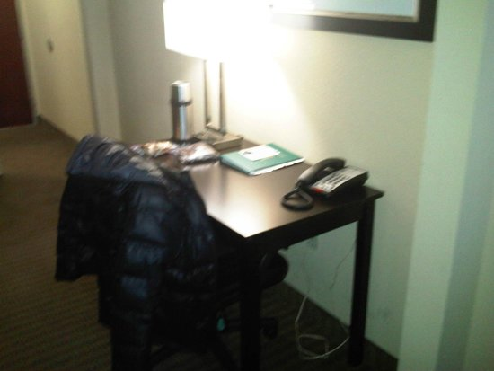 Quality Suites: Desk in the room