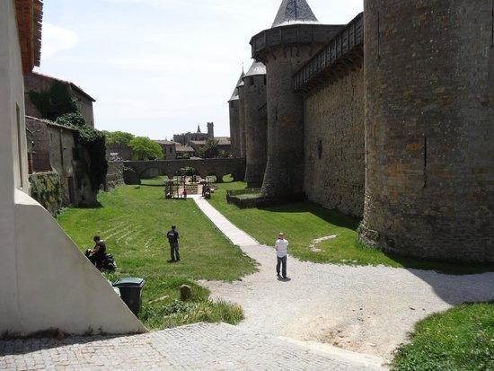 le château comtal de la cité de Carcassonne vu de la terrasse du restaurant Adelaide