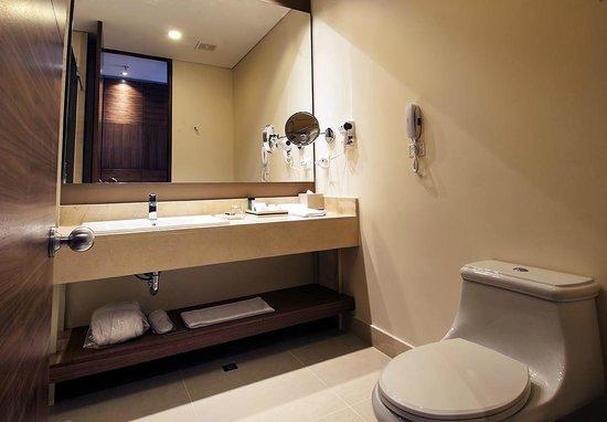 DoubleTree by Hilton Hotel Bogotá - Parque 93: Baño habitacion Superior