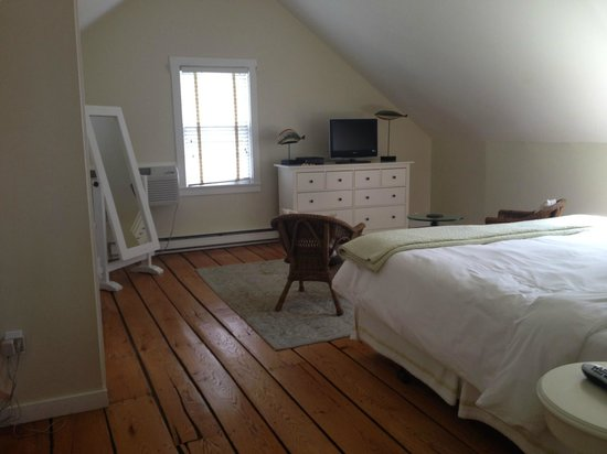 Forty 1⁰ North: Upstairs (King Bedroom)