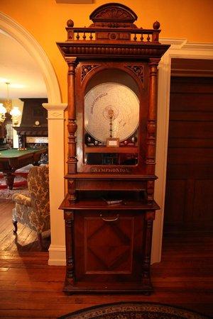 Hamanassett Bed & Breakfast: Symphonium in foyer
