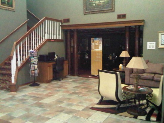 Quality Suites: Lobby and grand staircase