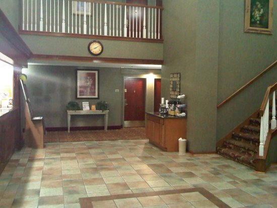 Quality Suites: Lobby area