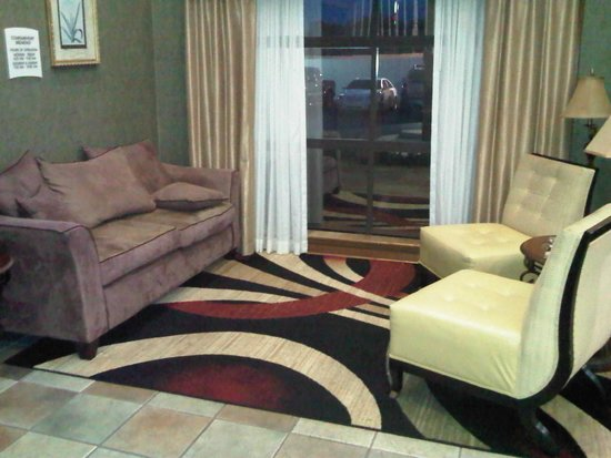 Quality Suites: Lobby seating