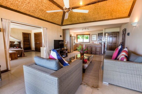 Rendezvous Villas: Lounge To Kitchen