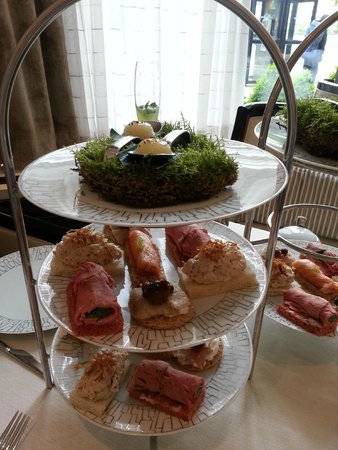 Wellington Lounge: Pear pearl drop and open sandwiches