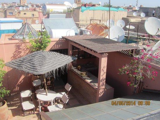 Riad Souad : Terrasse avec bar
