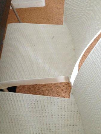Adonis Les Hauts de Honfleur : chaises sales