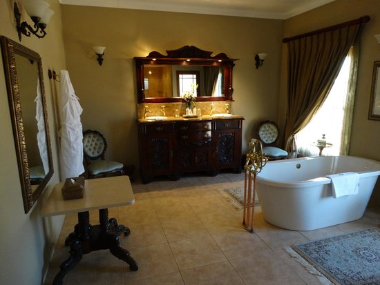 La Plume Guest House: Bathroom with freestanding bath