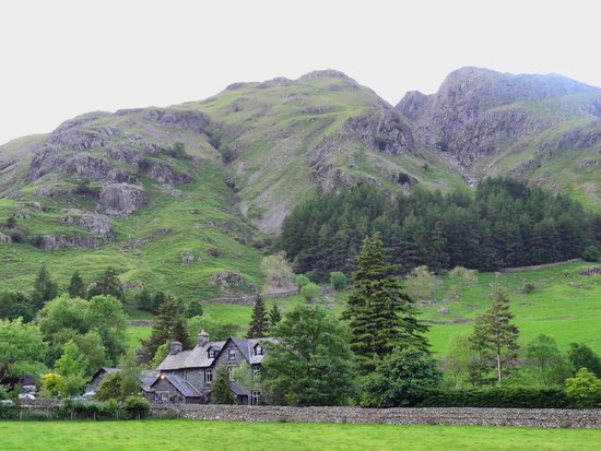 New Dungeon Ghyll Hotel: Situated under the Langdale Pikes